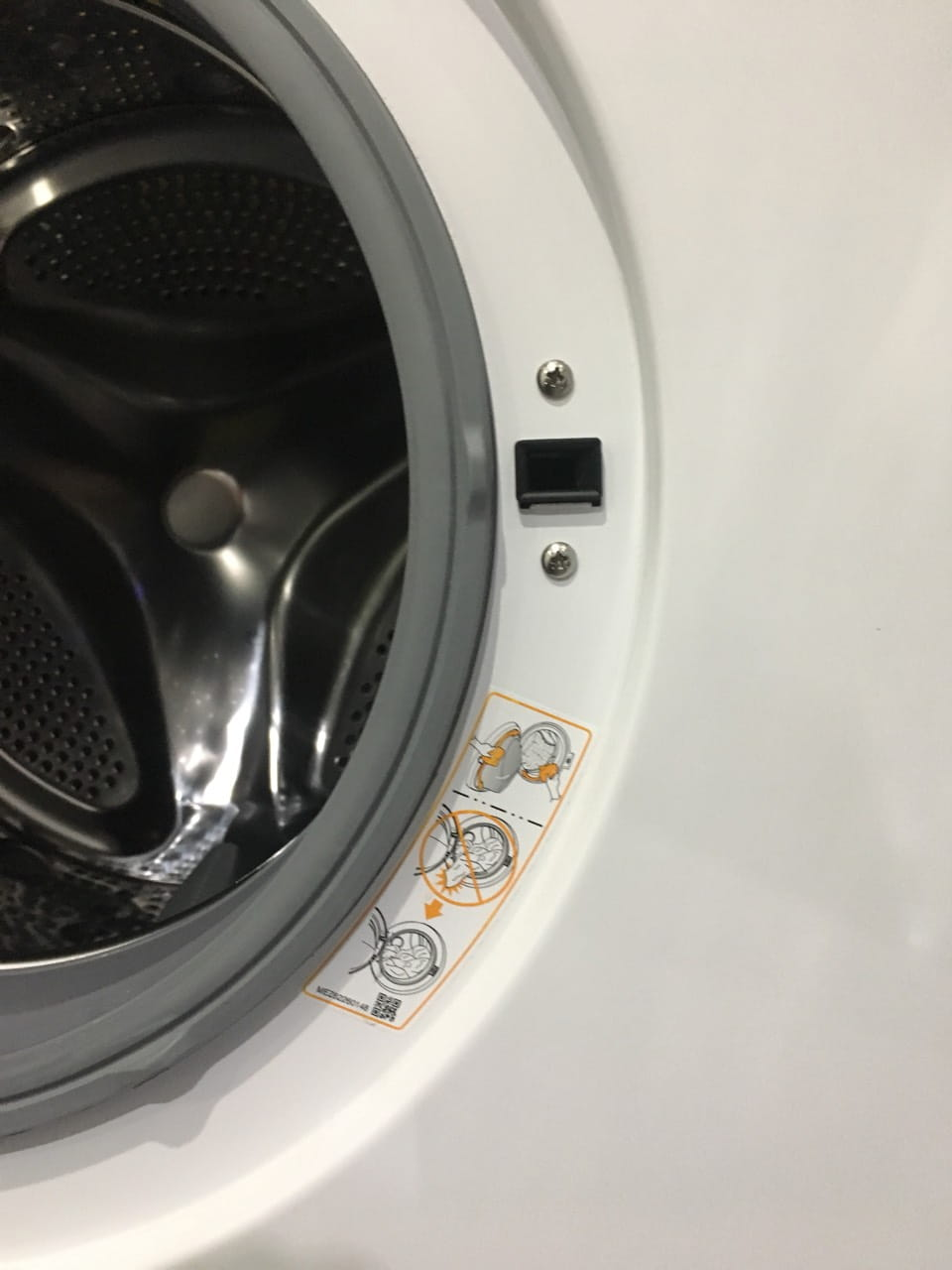 Предотвратить возможные поломки при загрузке белья в стиральную машину